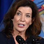Governadora de NY assina lei que proteje indocumentados de ameaças e extorsão